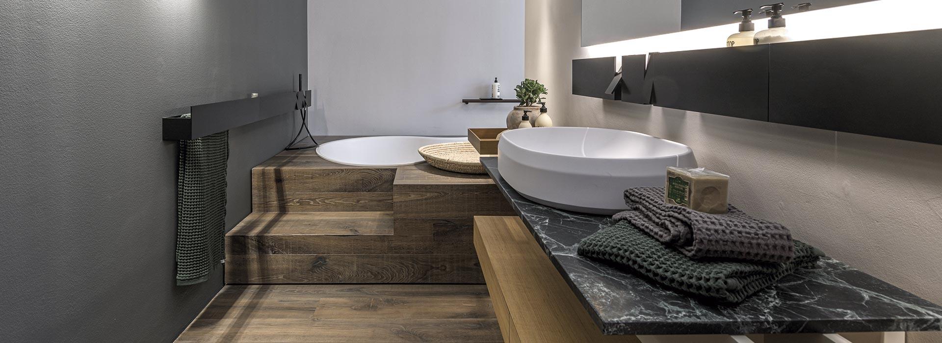 individuelles Badezimmer mit Badewanne im Boden