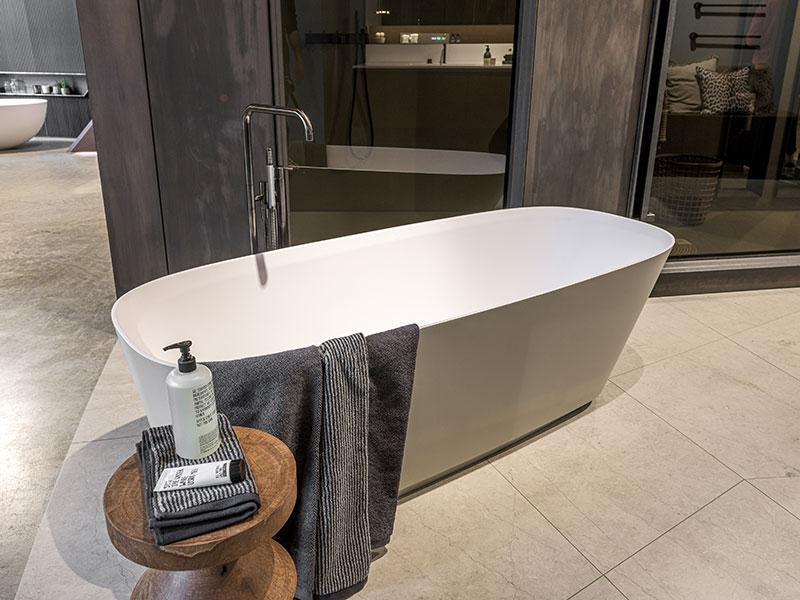 freistehende Badewanne für ein modernes Bad