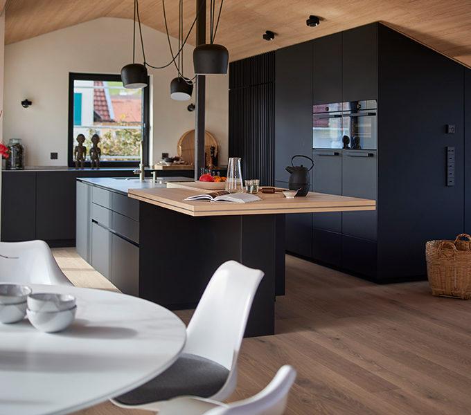 schwarze Küche mit Kücheninsel und Theke