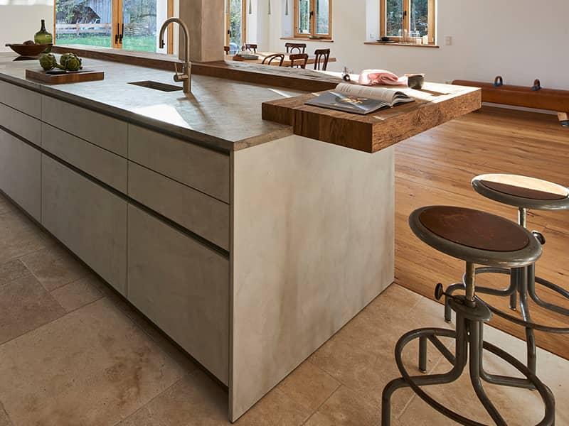 Küche mit Betonfronten und Altholztheke