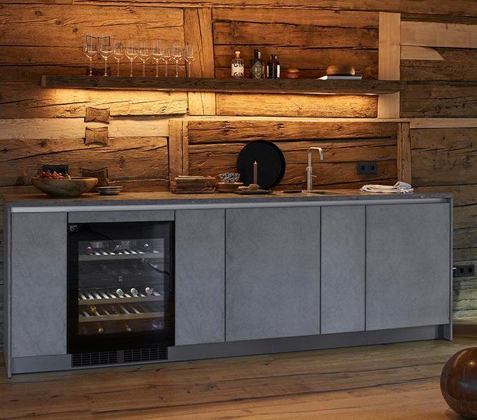 Bar mit Altholzrückwand