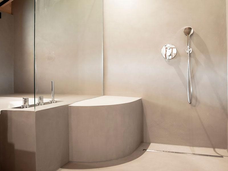 Modernes Badezimmer mit Sichtestrich