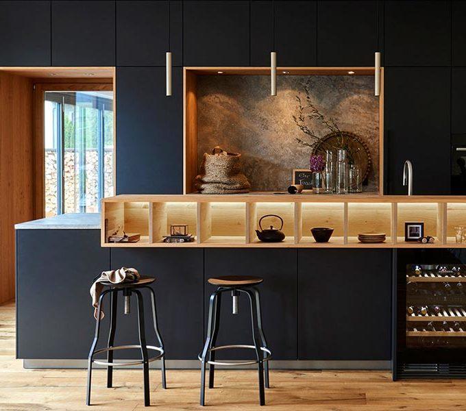 schwarze Küche mit Theke