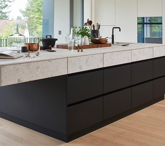 weiße Küche mit extra hoher Schrankwand