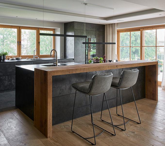 Küche mit geschmiedeten Metallfronten und Theke aus Altholz