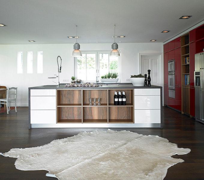 luftige weiße Küche mit Nussbaum