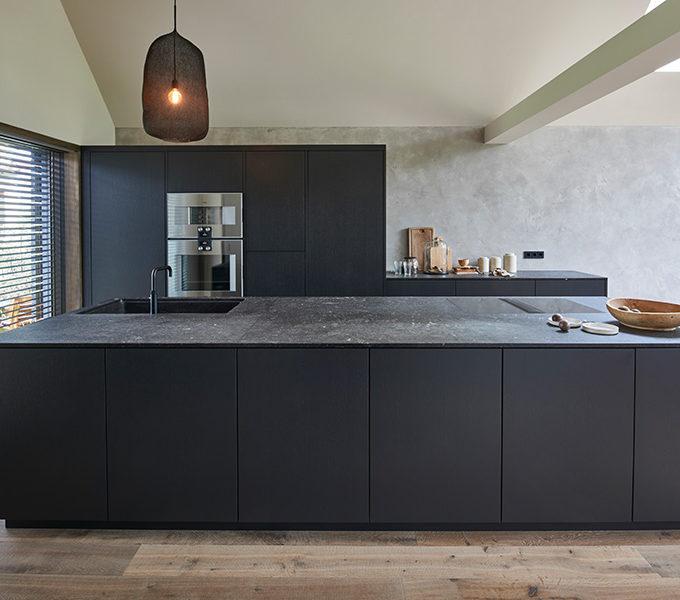 puristische schwarze Küche