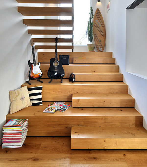 Holztreppe mit Wohnbereich