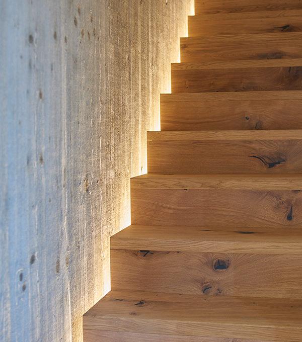 hinterleuchtete Holztreppe