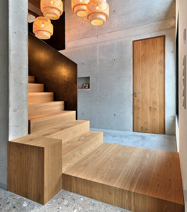 Holztreppe mit Holzpodest
