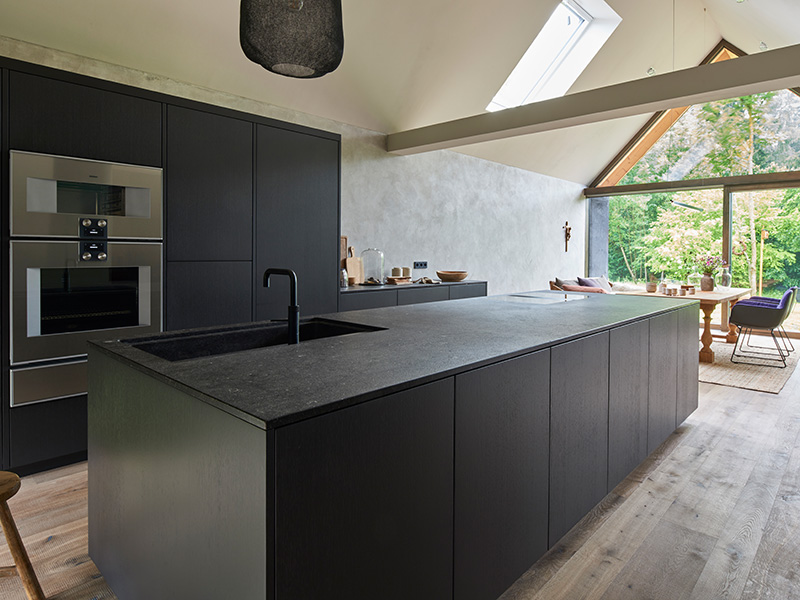 schwarze Holzküche