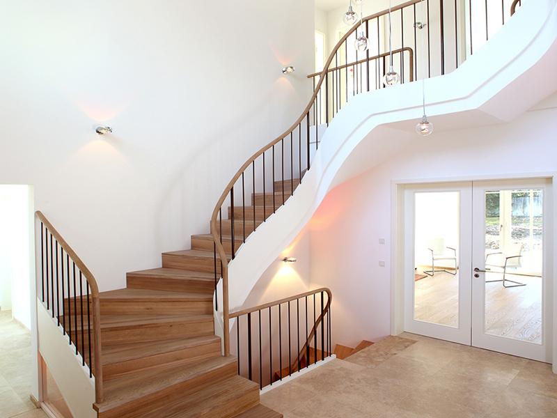 großzügige Stiltreppe mit Holzlauf