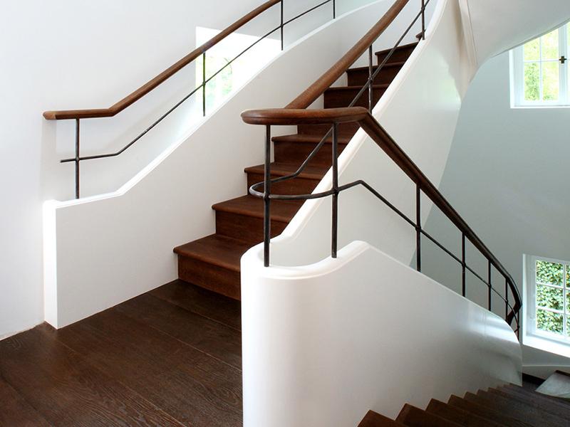 Stiltreppe mit gemauerten Geländer und Handläufen aus Holz