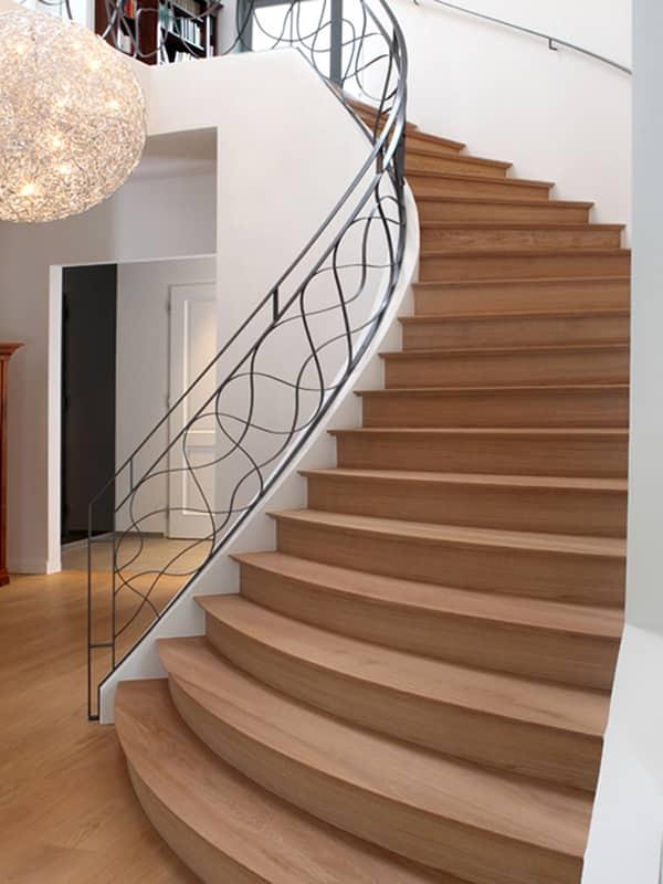 Holztreppe mit Kunstschmiedegeländer