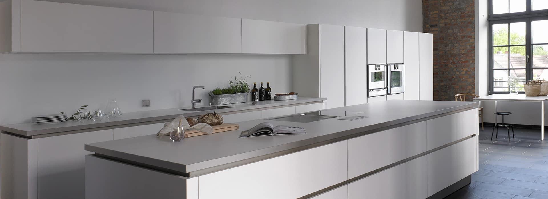 weiße Küche im Loft